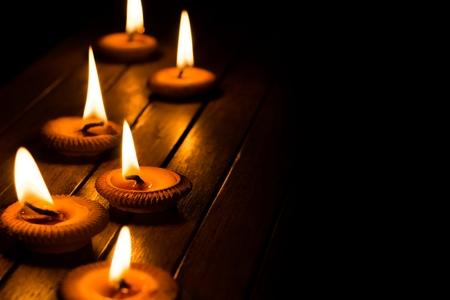 llamas de fuego: luz de las velas en la placa de madera