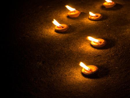 comida de navidad: luz de las velas en el piso de concreto