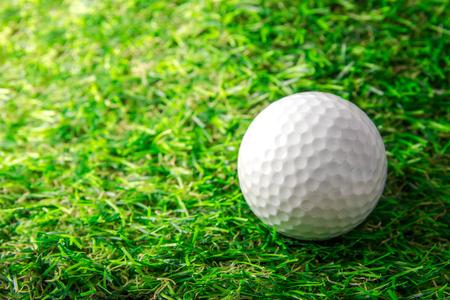 Golf ball and green grass. Zdjęcie Seryjne