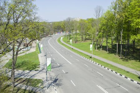 Top view of the road surrounded by green spaces. Free movement, free road, no traffic jams. Stockfoto