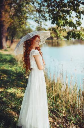夢。自然を眺めヴィンテージの美しい女性