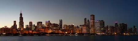 HKHX7Y Chicago Skyline at Night