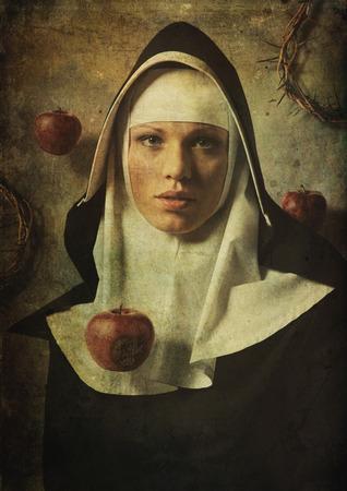 罪は修道女に誘惑。 罪に誘惑のリンゴ。 写真素材