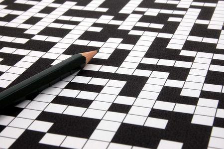 puzzelen: een schot van een kruiswoordpuzzel en pen Stockfoto