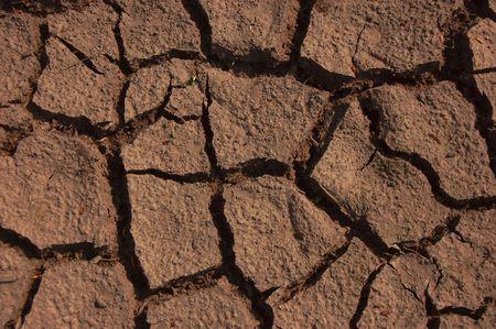 evaporarse: una toma de tierra seca en el suelo