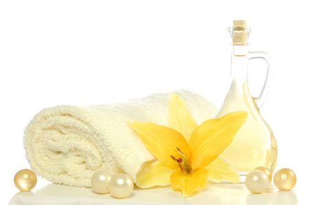 massage oil: spa la composition avec une huile de massage isol� sur fond blanc