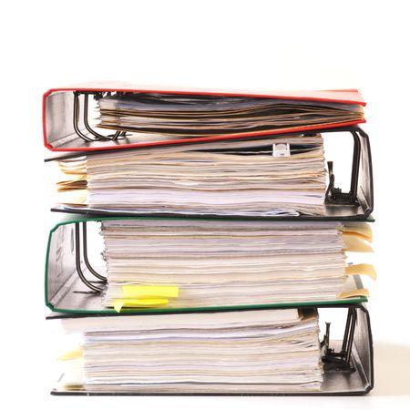 contabilidad: alta pila de carpetas aislado en un fondo blanco
