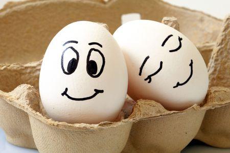 amistad: huevos blancos con caras diferentes en un paquete