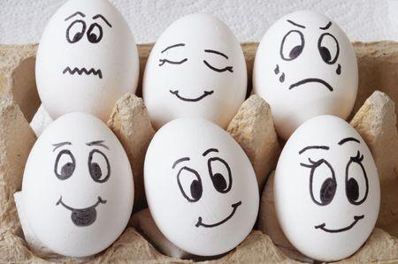 eier: wei�e Eier mit verschiedenen Gesichter in einem Paket