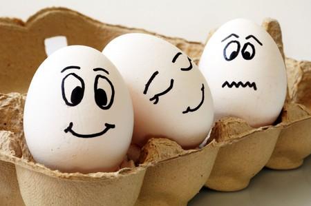 eier: wei�e Eier mit verschiedenen Gesichter in einem Paket Lizenzfreie Bilder