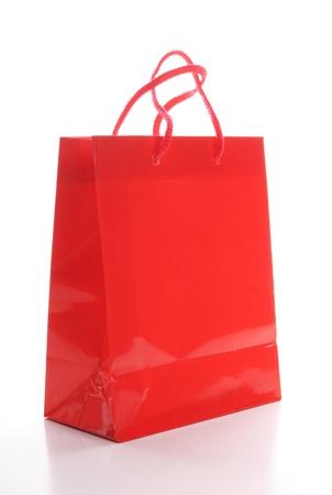envases plasticos: una bolsa roja aislada sobre fondo blanco Foto de archivo