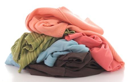 lavadora con ropa: una pila de ropa sucia aislada sobre fondo blanco