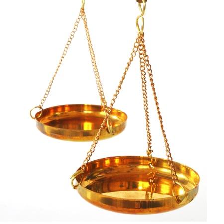 balanza en equilibrio: balanza antigua escala con cacerolas vacías sobre fondo blanco