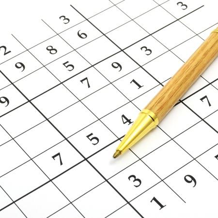 logica: Primer plano de un rompecabezas sin terminar sudoku con lápiz marrón