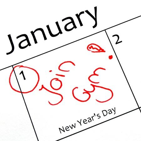 meses del año: calendario que marca el inicio de una resolución de año nuevo en la carta de color rojo