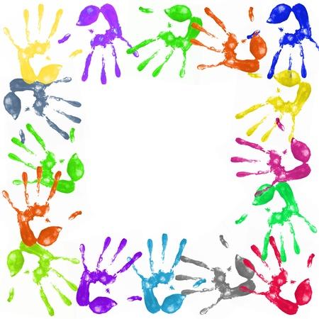 racisme: veel kleurige handafdrukken op een witte achtergrond