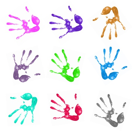 racismo: una gran cantidad de coloridas impresiones de la mano sobre fondo blanco