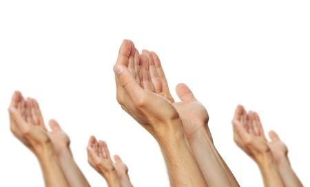 alabando a dios: rezando manos de unos hombres aislados en fondo blanco