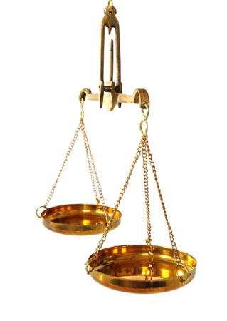 balanza en equilibrio: balanza antigua con recipientes vacíos en el fondo blanco Foto de archivo
