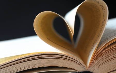 pages of a book curved a heart Foto de archivo
