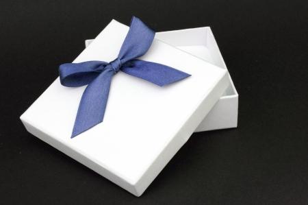 ruban noir: grift blanc avec ruban bleu sur fond noir Banque d'images