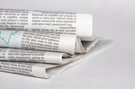 oude krant: stapel oude kranten op een witte achtergrond Redactioneel