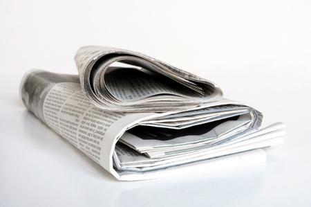 oude krant: stapel oude kranten op een witte achtergrond Stockfoto