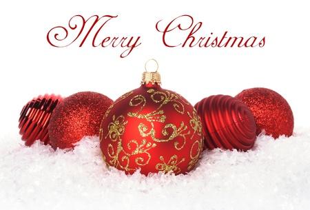 red glittery: rosso palle di Natale in una riga che giace in neve Archivio Fotografico
