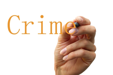 delincuencia: escribir a mano la palabra crimen aislado en fondo blanco