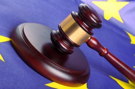 Holz-Hammer mit goldener Dekoration auf der Europa-Flagge