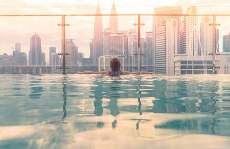 Kuala Lumpur, Maleisië skyline bij zonsopgang. Zwembad op het dak met prachtig uitzicht op de stad Kuala Lumpur Maleisië.