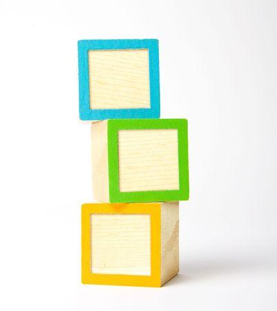 wijzigen: Kleurrijke houten blokken kinderen klaar voor uw brieven, symbolen of logo's Stockfoto