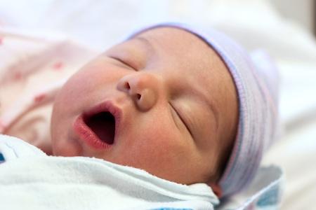 Noworodków śpi dziecko w ramionach matki w szpitalu