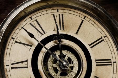 Nahaufnahme des Gesichts einer antiken Standuhr im Jahr 1879 gebaut - etwa um 12 Uhr Mitternacht schlagen