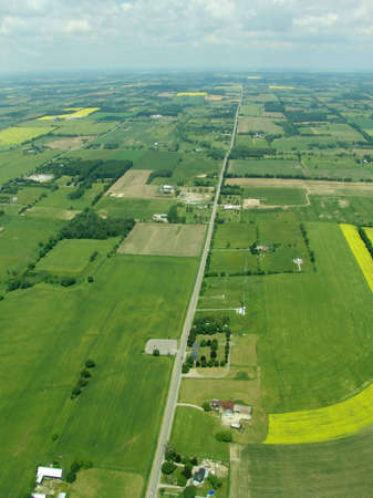 Typical aerial view of green fields and farms, Ontario, Canada 免版税图像