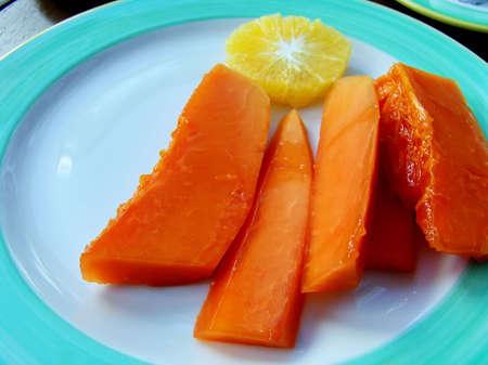 Tropical fruits (papaya and orange) for breakfast 免版税图像