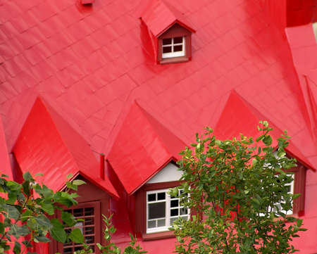 A beautiful house with red roof in Quebec, Canada 免版税图像 - 2899180