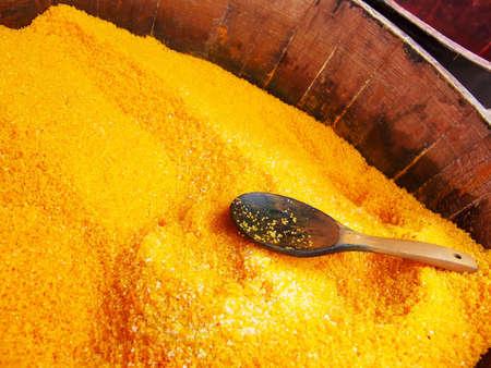 나무 통 노란색 목욕 소금을 가득합니다.