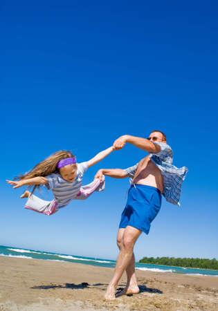 그의 어린 소녀와 해변에서 놀고하는 아버지. 휴가, 여름 시간. 스톡 콘텐츠