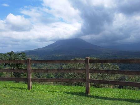 Arenal 화산은 코스타리카에서 400 년 만에 깨어 난 이후로 계속해서 활동하는 유일한 화산입니다. 그것은 세계에서 가장 활발한 10 개의 화산 중 하나입 스톡 콘텐츠