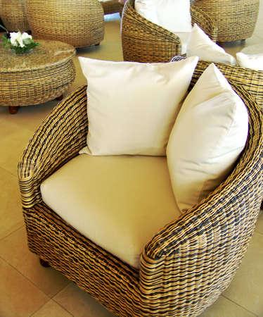 호텔 로비의 빈 편안한 복고풍 안락 의자