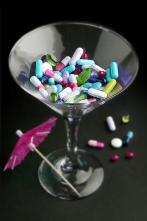 drogadiccion: c�ctel de drogas en un vaso sobre fondo negro