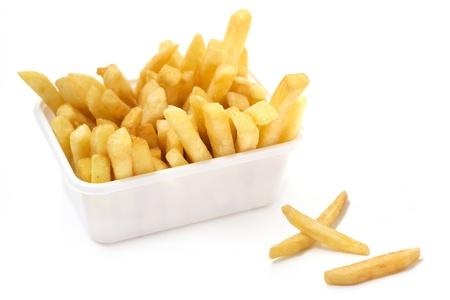 papas fritas: cerca de la canasta de papas fritas en el fondo blanco