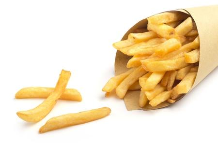 papas fritas: Close up de cono de papel con papas fritas en el fondo blanco