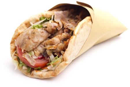 pinchos morunos: Close up de s�ndwich de kebab en el fondo blanco Foto de archivo