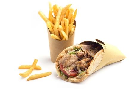 pinchos morunos: kebab sandwich con papas fritas franc�s en fondo blanco Foto de archivo