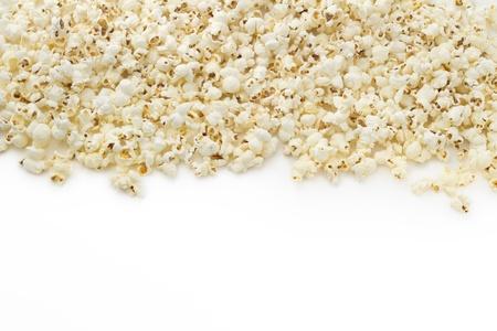 popcorn sul bordo superiore con sfondo bianco