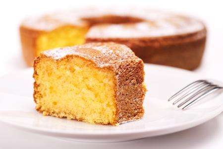 Nahaufnahme von Stück Kuchen mit Puderzucker Standard-Bild