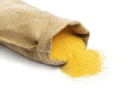 sacco juta: sacco di iuta con la farina di mais isolato su sfondo bianco