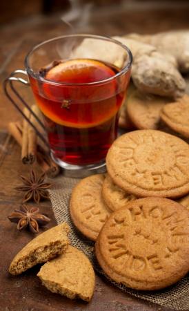 galletas de jengibre: galletas de jengibre con vino caliente y especias Foto de archivo